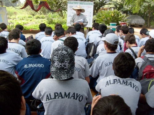 El ingeniero Ulises Moreno explica a los alumnos de II año del colegio Alpamayo el proyecto Bioagricultura Casa Blanca.