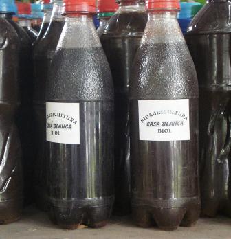 """Biol, o """"Caca-cola"""",  producto de los residuos líquidos del biodigestor. Es empleado como abono natural."""